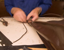 Main faisant les bourses en cuir italiennes Images libres de droits