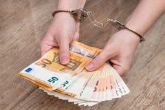 main femelle avec des menottes et 50 euro factures Image stock