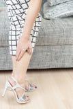 Main femelle avec douleur de pied ensuite photographie stock