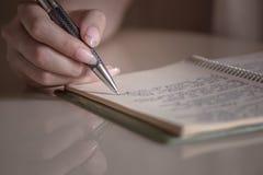 Main femelle avec l'écriture de stylo photos libres de droits
