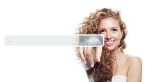 Main femelle avec la barre vide d'adresse dans le web browser virtuel d'isolement sur le fond blanc photo stock