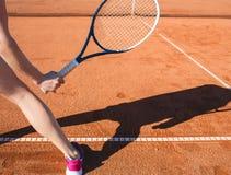 Main femelle avec la raquette de tennis Image stock