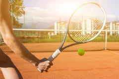 Main femelle avec la raquette de tennis Images stock