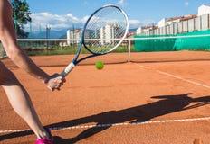 Main femelle avec la raquette de tennis Photographie stock libre de droits
