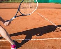 Main femelle avec la raquette de tennis Photos stock