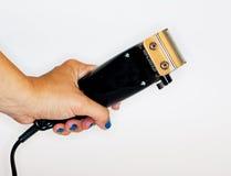 Main femelle avec le rasoir électrique d'isolement Photo stock