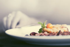 Main femelle avec un dîner au restaurant photos stock
