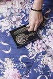 Main femelle enlevant le peigne décoré en métal de la boîte Photographie stock libre de droits