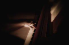 Main femelle jouant le piano. Notes. Photographie stock libre de droits
