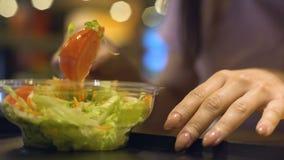 Main femelle prenant la salade végétale du plat en plastique, coupure de dîner, perte de poids clips vidéos
