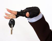 Main femelle retenant des clés d'un véhicule Photographie stock libre de droits