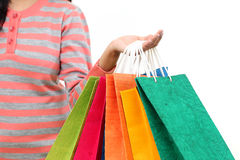 Main femelle retenant les sacs à provisions colorés images libres de droits