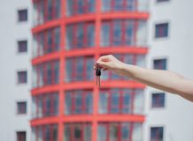 Main femelle tenant des clés sur le fond de la nouvelle maison Concept 6 d'immeubles Clés au nouvel appartement Maison ou locatio Image libre de droits