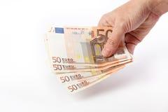 Main femelle tenant 50 euro billets de banque Images libres de droits