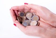 Main femelle tenant l'euro pièce de monnaie Photographie stock