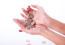 Main femelle tenant l'euro pièce de monnaie Photo libre de droits