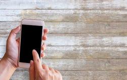 Main femelle tenant le téléphone intelligent avec l'espace vide de copie Images stock