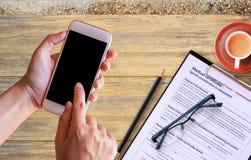 Main femelle tenant le téléphone intelligent avec l'espace vide de copie Photo libre de droits