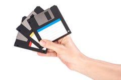 Main femelle tenant les disquettes image libre de droits