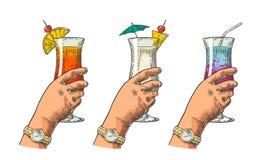 Main femelle tenant un verre de cocktail Illustration de gravure de vintage illustration libre de droits