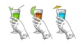 Main femelle tenant un verre de cocktail Illustration de gravure de vintage pour le label, affiche, invitation à une partie illustration libre de droits