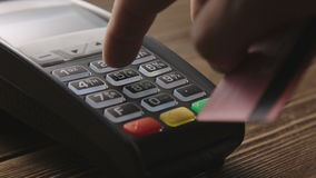 Main frappant à toute volée la carte de crédit sur le terminal de position clips vidéos