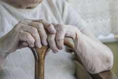 Main froissée d'une femme supérieure sur la canne Photo libre de droits