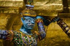 Main géante pour soulever la base de la pagoda Images stock