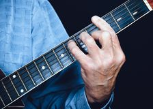 Main gauche de guitariste image stock