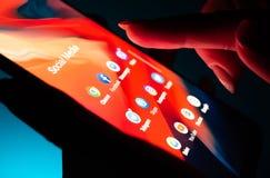Main haute étroite de fille utilisant le smartphone avec des applis sociaux de médias photos libres de droits