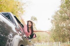 Main heureuse de femme détendant et appréciant le voyage par la route Photo libre de droits