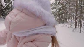 Main heureuse de fille menant par la manière neigeuse de chemin banque de vidéos