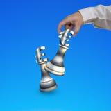 Main humaine jouant des pièces d'échecs de symbole monétaire d'argent Photos stock