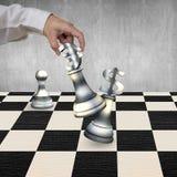 Main humaine jouant des pièces d'échecs de symbole monétaire d'argent Photo libre de droits