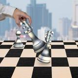 Main humaine jouant des pièces d'échecs de symbole monétaire d'argent Image stock