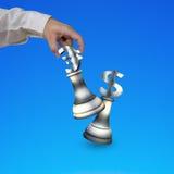 Main humaine jouant des pièces d'échecs de symbole monétaire d'argent Image libre de droits