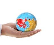 Main humaine jugeant des éléments de globe d'image meublés par la NASA Image libre de droits