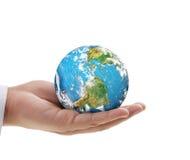 Main humaine jugeant des éléments de globe d'image meublés par la NASA Images stock
