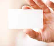 Main humaine tenant la carte de visite professionnelle vierge de visite Images stock