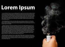 Main humaine tenant la cigarette électronique Photo stock