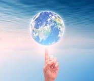 Main humaine tenant la planète de la terre Les éléments de cette image sont furn Photo stock
