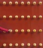 Main humaine tenant la porte de chinois traditionnel Photos libres de droits