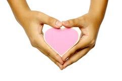 Main humaine tenant le signe en bois de forme de coeur Photo stock