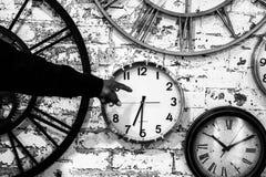 Main indiquant le temps Photo stock