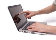 Main indiquant un ordinateur portatif Photographie stock libre de droits