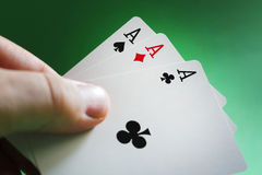 Main jouant au poker photographie stock