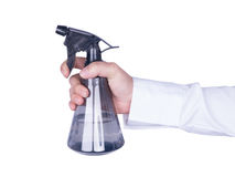 Main jugeant la bouteille brumeuse en plastique de jet d'isolement Images stock