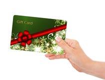 Main jugeant la carte cadeaux d'isolement au-dessus du blanc Image stock