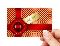 Main jugeant la carte cadeaux d'isolement au-dessus du blanc Photos stock
