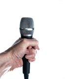 Main jugeant le microphone d'isolement sur le blanc Photos stock